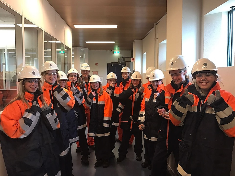 Girls in NAM-outfit